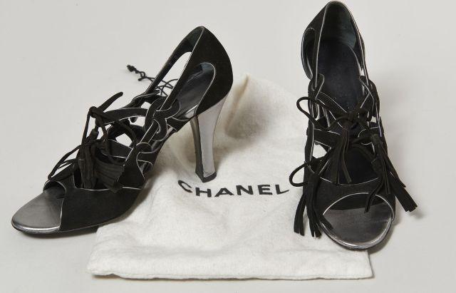 CHANEL, Paire de sandales en daim noir, liseré en cuir métallisé. Pointure  38 356fe85a9e8f