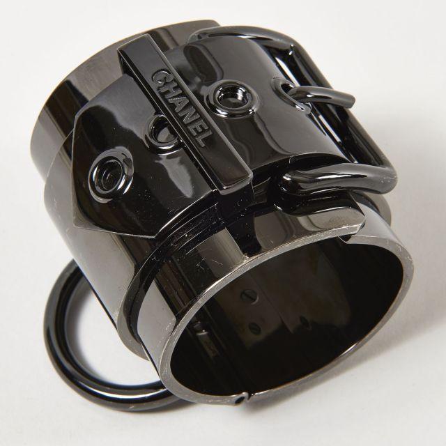 CHANEL, Spectaculaire bracelet manchette rigide entièrement en métal  couleur canon de fusil. Système de c8bdf0e5e859