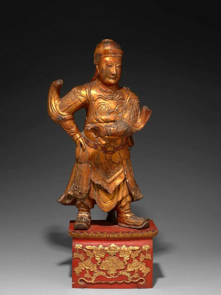 STATUE DE GARDIEN EN BOIS LAQUÉ OR ET ROUGE, CHINE, DYNASTIE QING, XVIIIe...