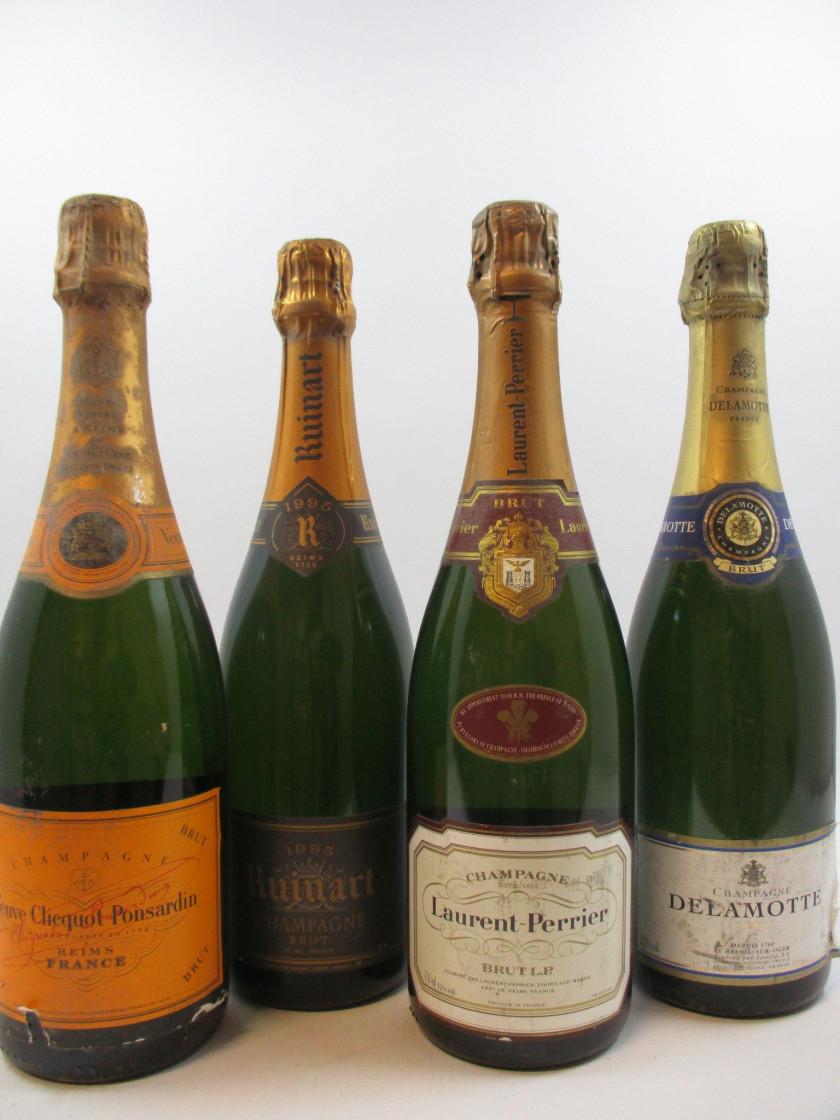 10 bouteilles 3 bts : CHAMPAGNE VEUVE CLICQUOT (étiquettes abimées...