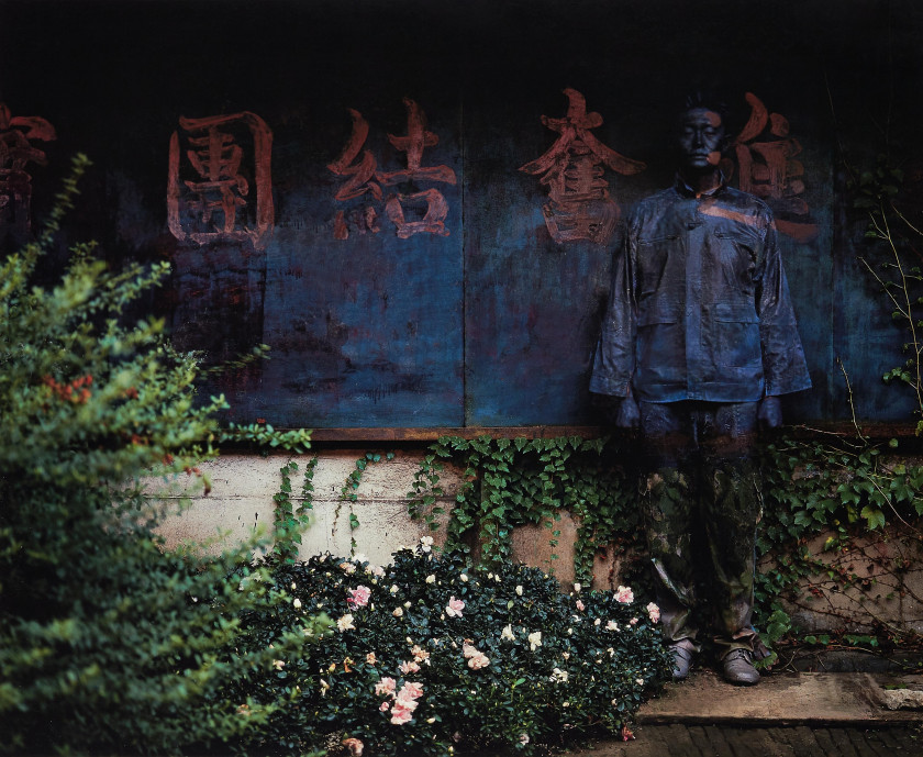 Liu BOLIN Né en 1973 Hiding in the city # 28 - Unify to forward together - 2006 Épreuve pigmentaire