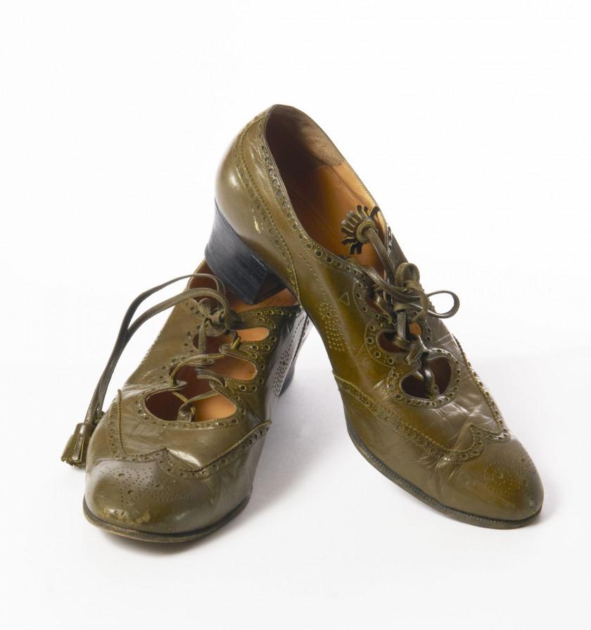 HERMES Paris made in france Paire de chaussures ouvertes à lacets en cuir  kaki. Taille 351ea3633c8
