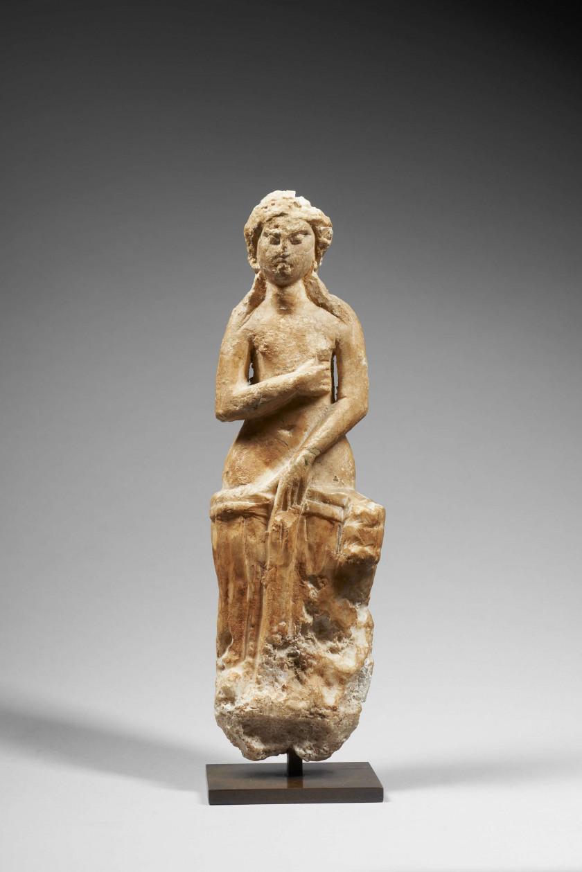 STATUETTE DE FEMME EN PIERRE, ART ROMAIN, VERS LE 3e SIÈCLE