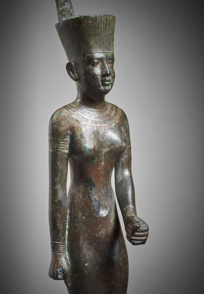 ¤ NEITH EN BRONZE, ÉGYPTE, XXVIe DYNASTIE, VERS 664-525 AV.J.C.