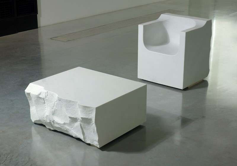 Marc QUINN Né en 1964 MOUNTAIN CHAIR & LAKE TABLE - 2008 Fauteuil et Table en Marbre blanc de Carrare