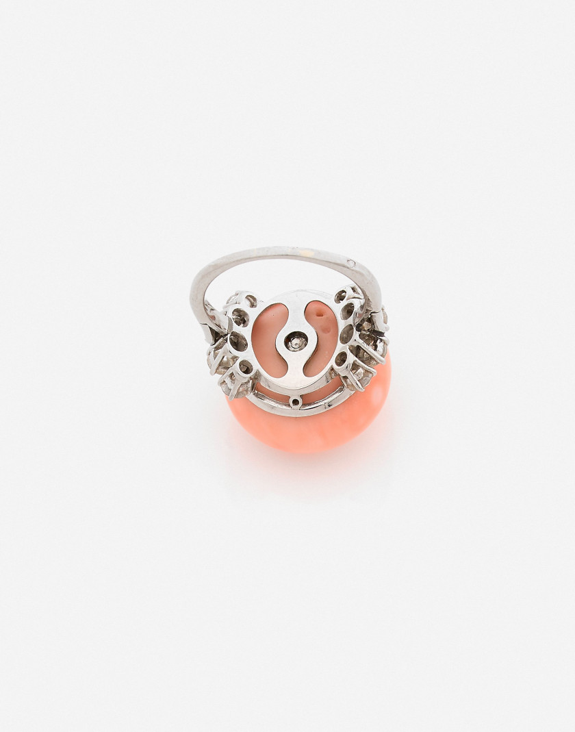 Bague Platine, corail peau d'ange et diamants, vers 1950-1960 An angel's skin coral, diamond and platinum ring, circa 1950-1960
