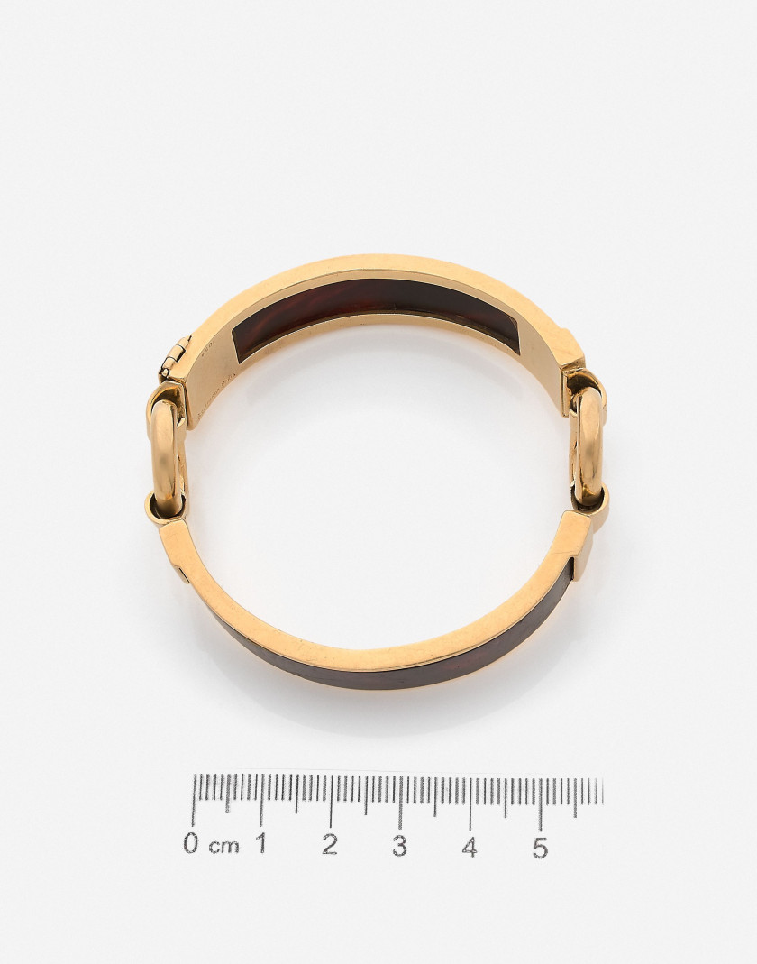 BOUCHERON Bracelet semi-rigide en or et bakélite, vers 1970 A bakelite and gold bangle, circa 1970