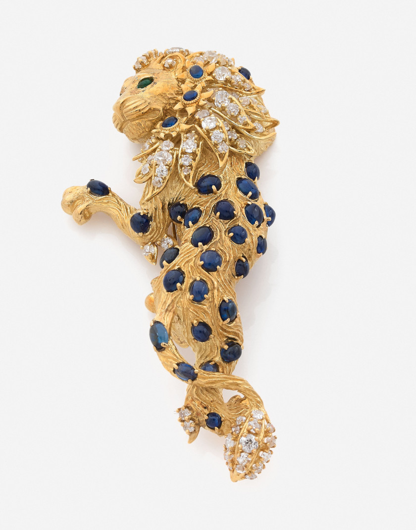 Clip de corsage Lion en or, diamants, saphirs et émeraudes A diamond, sapphire, emerald and gold lion clip