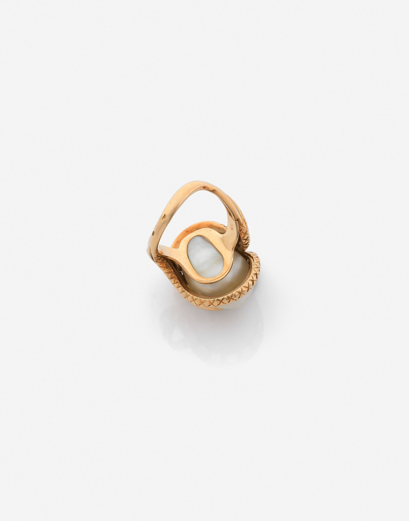 Bague en or, perle baroque et diamants A cultured pearl, diamond and gold ring