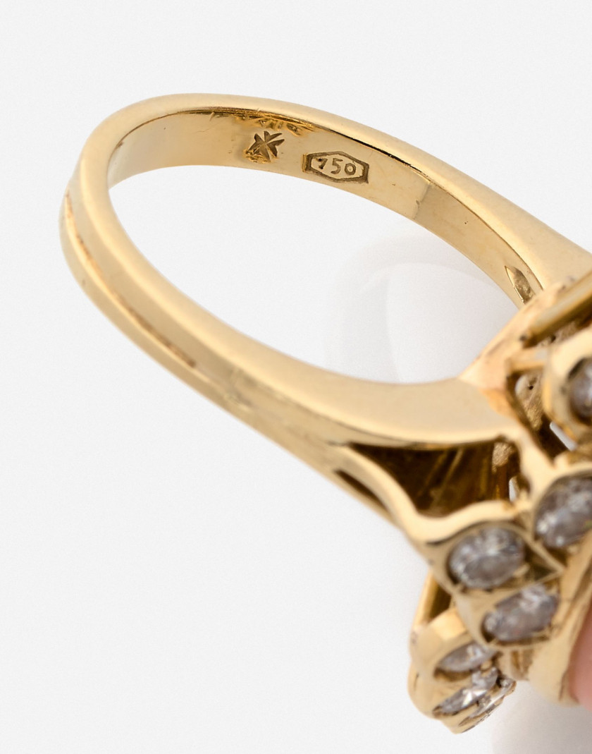 VACHERON CONSTANTIN Bague et Clips d'oreilles en or, corail peau d'ange et diamants An angel's skin coral, diamond and gold set (ri