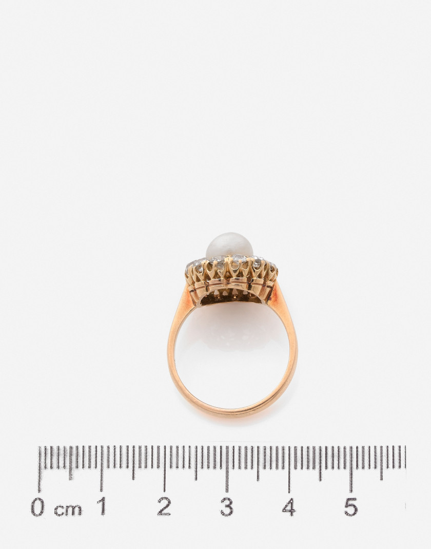 Bague Or, perle fine et diamants (NEL: perle fine eau de mer) A natural pearl, diamond and gold ring (NEL: natural saltwater pearl)