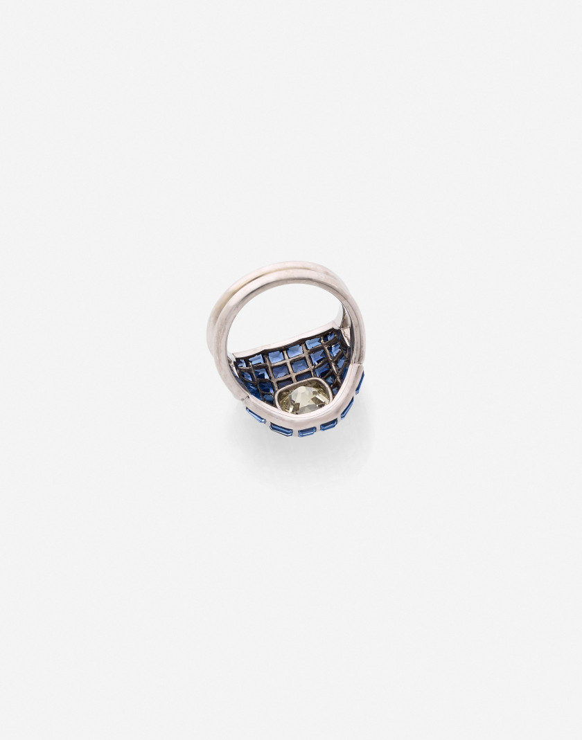 Bague Or, diamant et saphirs A diamond, sapphire and gold ring