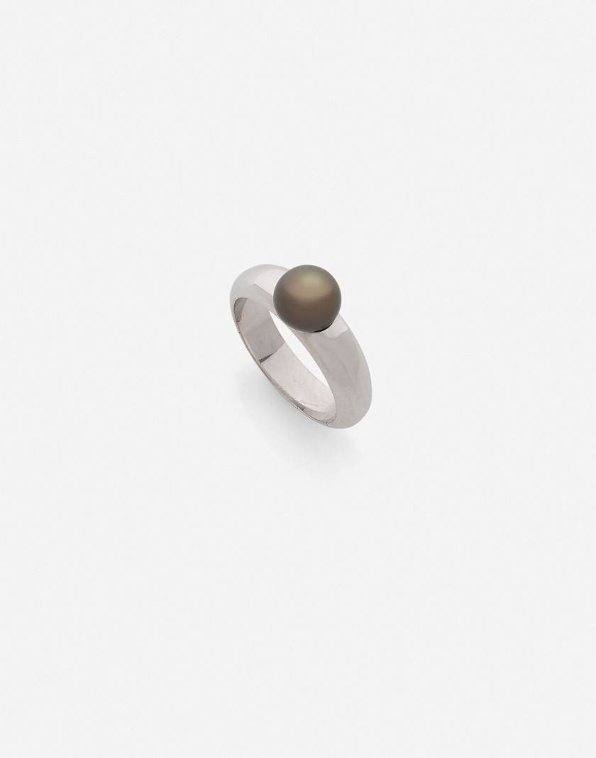 Bague jonc or et perle fine grise (LFG: perle fine eau de mer) A natural grey pearl and gold pearl (LFG: natural saltwater pearl)