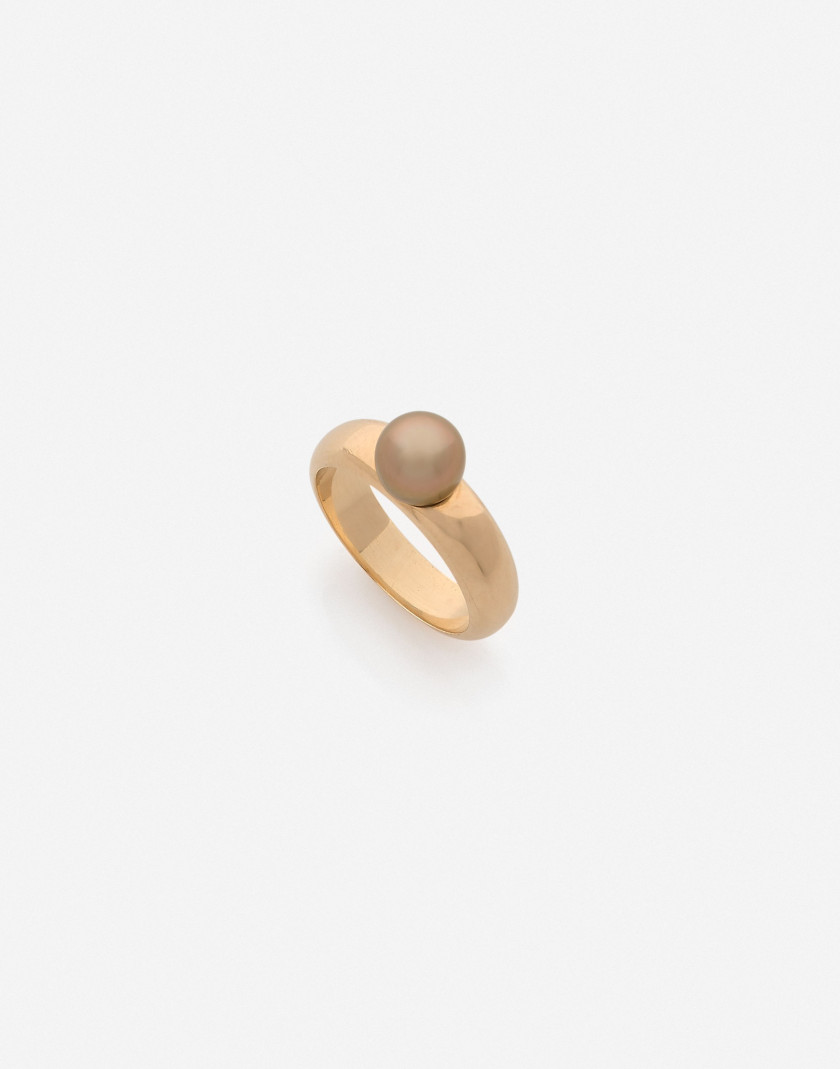 Bague jonc or et perle fine dorée (LFG: perle fine eau de mer) A natural gold pearl and gold pearl (LFG: natural saltwater pearl)