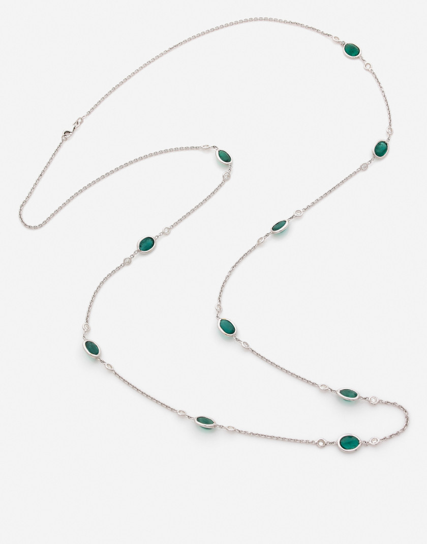 Sautoir en or, diamants et emerald An emerald, diamond and gold long necklace