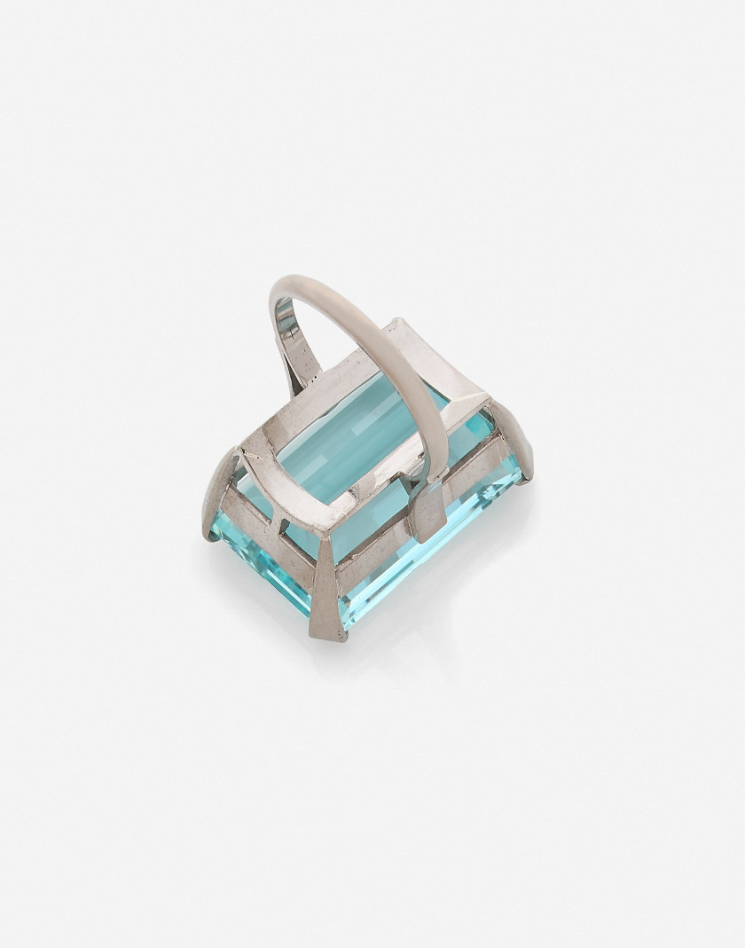 Bague en or et aigue-marine env. 36 à 37 cts An approx 36 to 37 ct aquamarine and gold ring